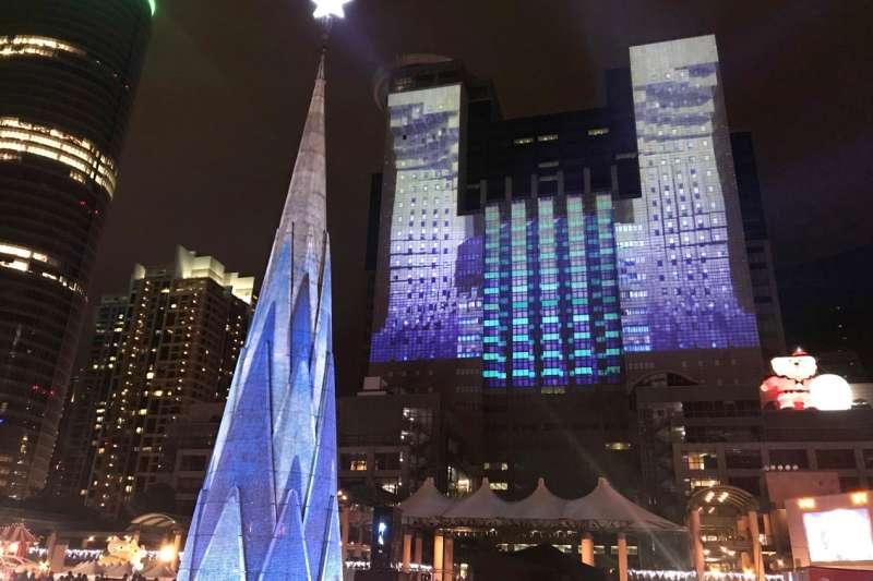 今年新北市府再度與締造金氏世界紀錄的新加坡頂尖投影團隊Hexogon Solution合作,打造「全球唯一360度3D光雕投影耶誕樹」。(圖/林斯涵攝)