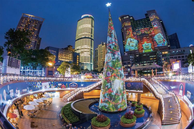 今年耶誕主燈秀打破去(2016)年「全國投影面積最大的光雕秀」紀錄,運用48臺的高規格投影機。(圖/新北市觀旅局提供)
