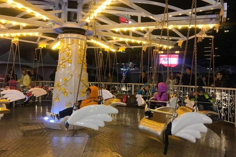 《雪白飛天椅》在璀璨閃耀燈飾映襯下,孩子們快樂地旋向天際。(圖/林斯涵攝)