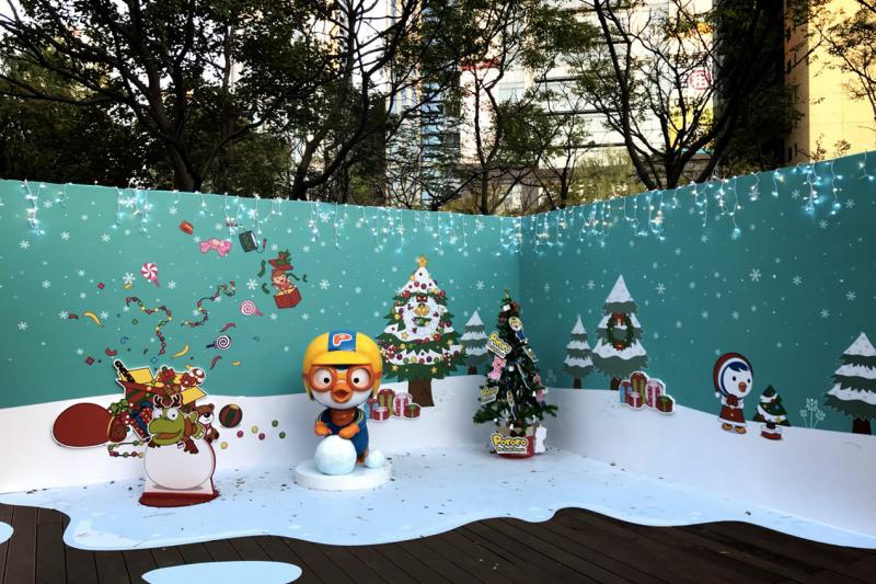 廣受小朋友們喜愛的「企鵝總統Pororo (波露露) 」,帶著他可愛的小動物家族造訪耶誕城。(圖/新北市觀旅局提供)