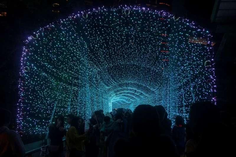 耶誕城周邊滿佈今年冬天最浪漫的極光,彷彿祝福著大家「看見極光,就能幸福一輩子」。(圖/林斯涵攝)