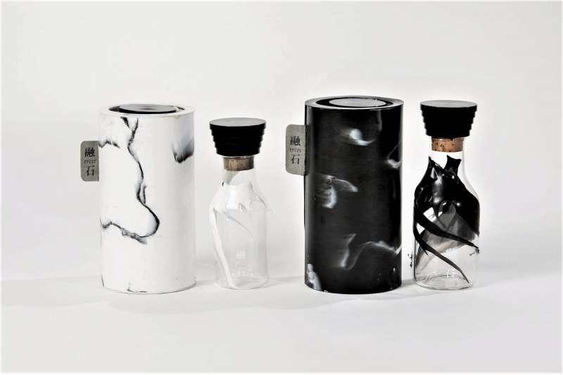 這超酷的溫酒包裝會遇熱融化,在酒瓶上留下獨一無二的花紋,絕美東方意象和創意巧思獲得一眾評審青睞。(圖/ASPaC臉書粉專)