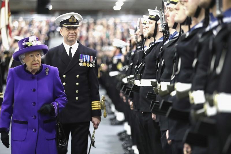 英國女王伊莉莎白二世校閱皇家海軍。(美聯社)