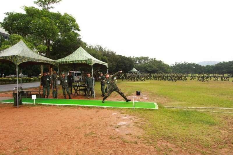 鄭兆村在新兵訓練時,手榴彈測驗輕鬆丟出80公尺成績,打破旅美投手王建民2003年入伍服役時的71公尺紀錄。(中華民國陸軍司令部)
