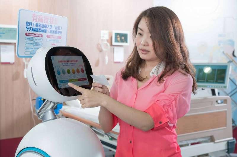 Zenbo服務,讓病患在候診時即可先透過Zenbo填寫醫用問卷,並依據問卷結果教導病患相關衛教知識(圖/ASUS提供)
