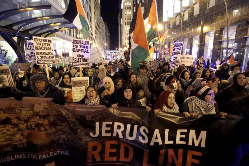 芝加哥街頭7日出現抗議川普的人群,主張耶路撒冷應該是巴勒斯坦首都。(美聯社)