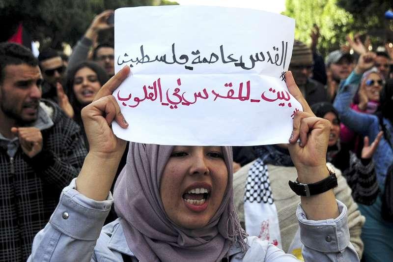 突尼西亞一位穆斯林7日上街抗議,高舉「耶路撒冷是巴勒斯坦首都,耶路撒冷是我們的心」標語。(美聯社)