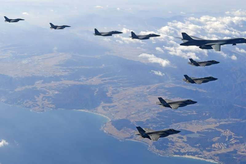 2017年12月,韓美空軍「警戒王牌」聯合演習,美軍B-1B戰略轟炸機參與,韓美戰鬥機護航(AP)
