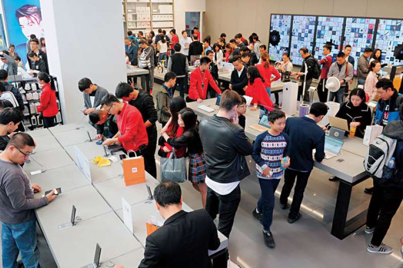小米旗艦店除了手機,平衡車、掃地機器人都賣,在深圳開幕逾3週,週末日客流量仍高達7千人。(商業周刊程思迪攝影)