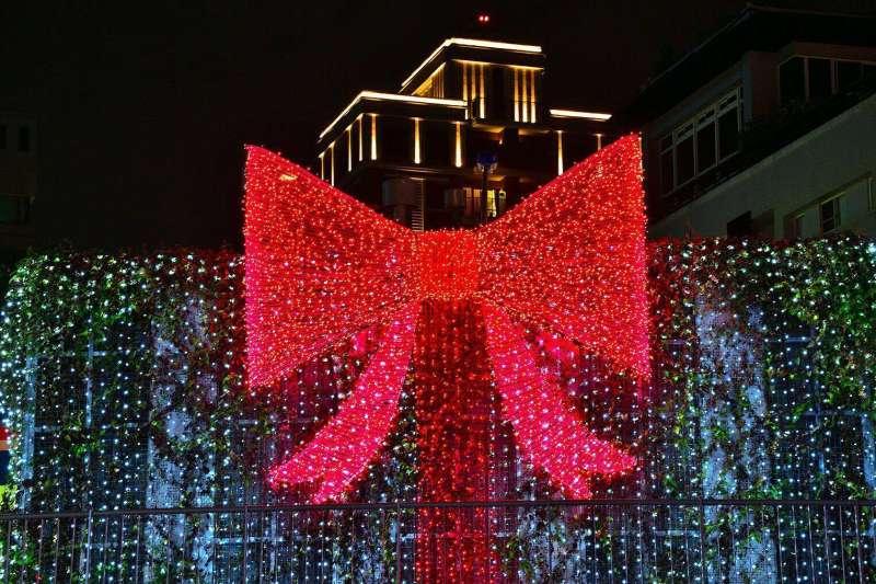 台中市政府今年在柳川舉辦的耶誕嘉年華,結合周邊以LED裝置的藝術光景,圖為超大禮物盒,增添浪漫氛圍。(取自「大玩台中」臉書粉絲專頁)