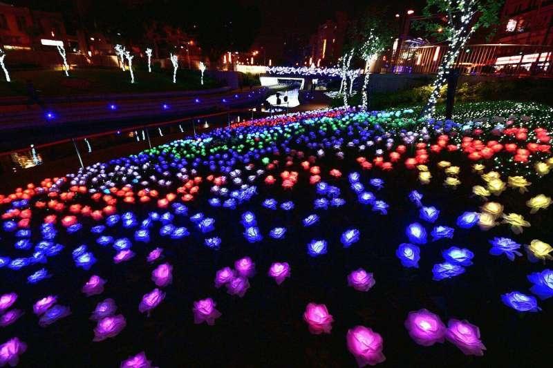 台中市政府今年在柳川舉辦的耶誕嘉年華,結合周邊以LED裝置的藝術光景,圖為玫瑰燈花海,增添浪漫氛圍。(取自「大玩台中」臉書粉絲專頁)