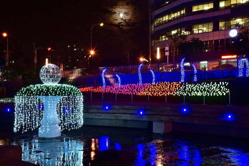 台中市政府今年在柳川舉辦的耶誕嘉年華,結合周邊以LED裝置的藝術光景,圖為許願池,增添浪漫氛圍。(取自「大玩台中」臉書粉絲專頁)