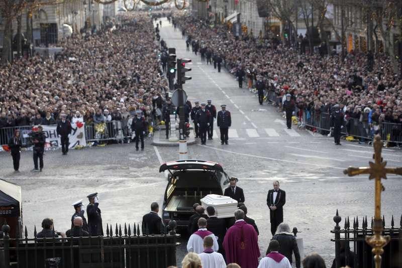 法國搖滾歌手強尼哈勒戴的追悼儀式9日在巴黎舉行,萬人空巷(AP)