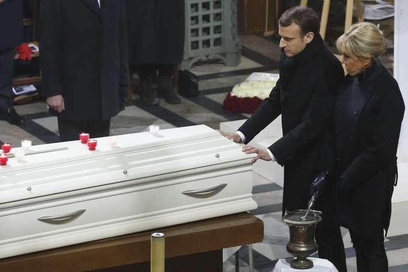 法國搖滾歌手強尼哈勒戴的追悼儀式9日在巴黎舉行,總統馬克宏與第一夫人出席(AP)