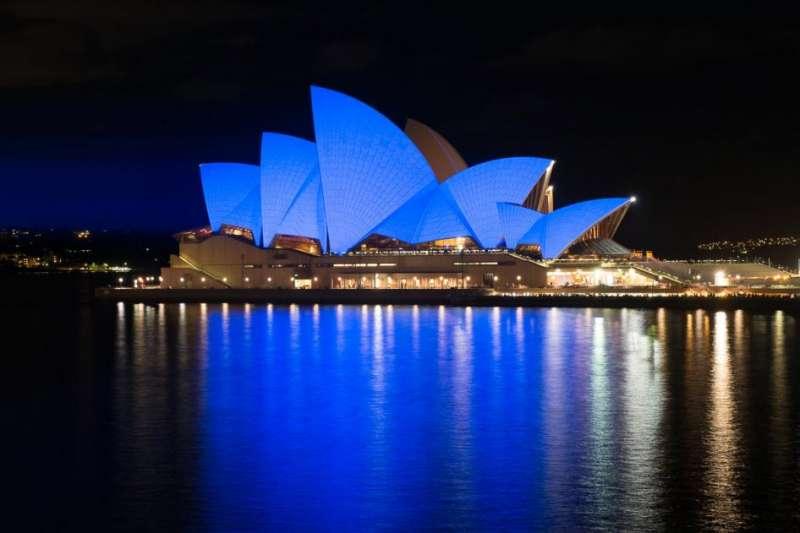 國際組織「人權觀察」宣布在12月10日當天將全球24座地標打上鮮明藍光,以慶祝「世界人權日」,圖為雪梨歌劇院(HRW)