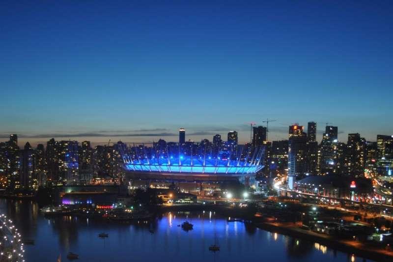 國際組織「人權觀察」宣布在12月10日當天將全球24座地標打上鮮明藍光,以慶祝「世界人權日」,圖為卑詩體育館(BC Place),(HRW)