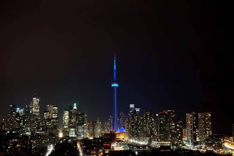 國際組織「人權觀察」宣布在12月10日當天將全球24座地標打上鮮明藍光,以慶祝「世界人權日」,圖為多倫多國家電視塔(CN Tower)(HRW)