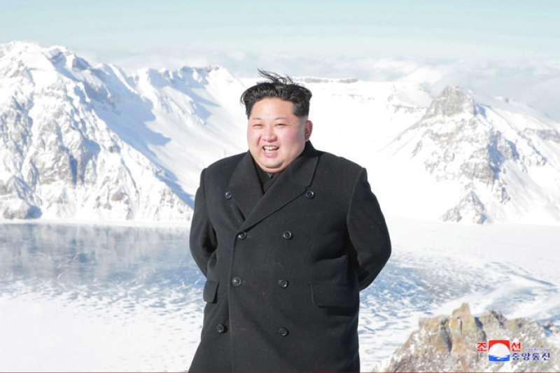 北韓最高領導人金正恩日前視察白頭山(朝中社)