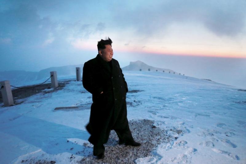 金正恩登上白頭山的舊照,攝影師的功力顯然比今年的好很多。(朝中社)