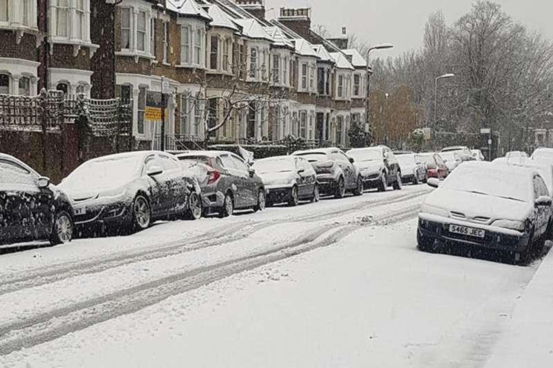 英國10日下大雪,倫敦的斯多克紐溫頓地區一個住宅區籠罩在一片銀白裡(AP)