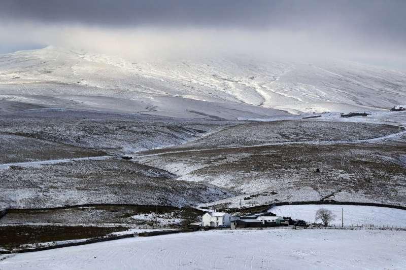 英國10日下大雪,英格蘭東北部達拉謨一間農舍被白雪覆蓋(美聯社)