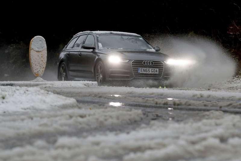 英國10日下大雪,陸路交通大受影響(AP)