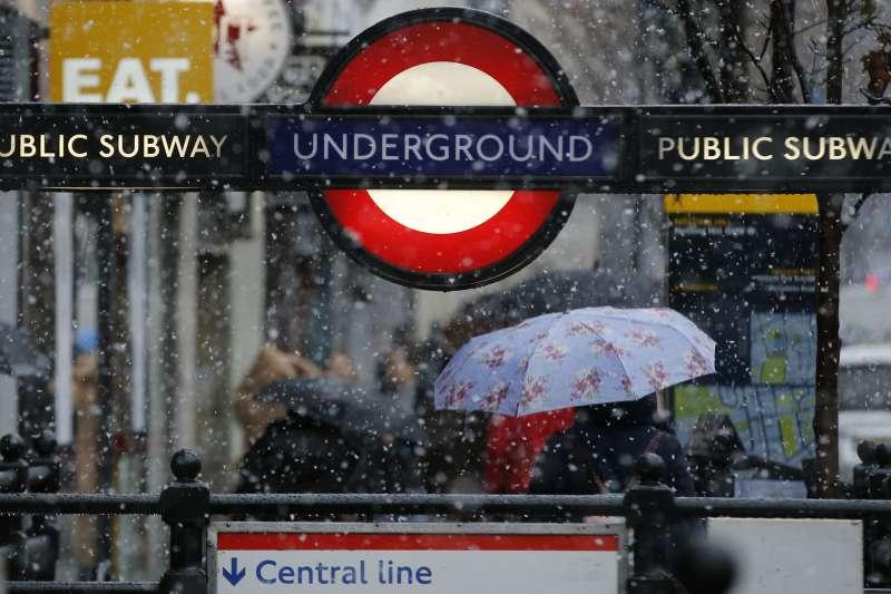 英國10日下大雪,倫敦雪花紛飛(AP)
