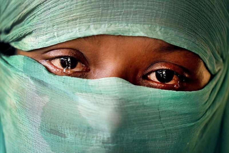 22歲的羅興亞婦女F在今年6月與9月遭到緬甸軍強暴,她談起悲傷往事,忍不住流下眼淚(美聯社)
