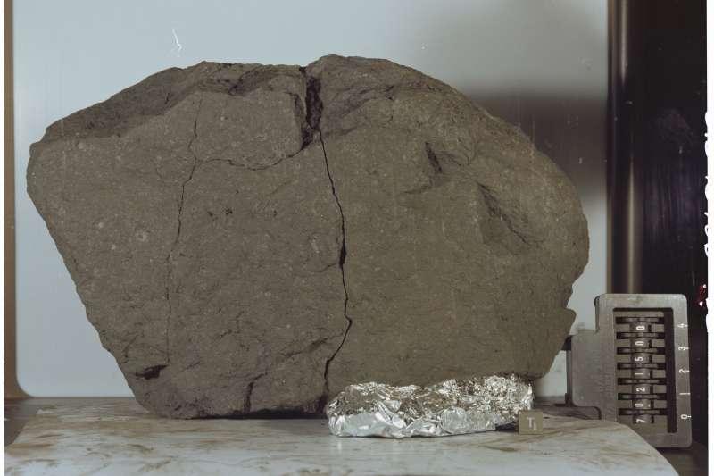 阿波羅17號任務帶回來的月球岩石樣本被帶到白宮。(Photo Credit:NASA)