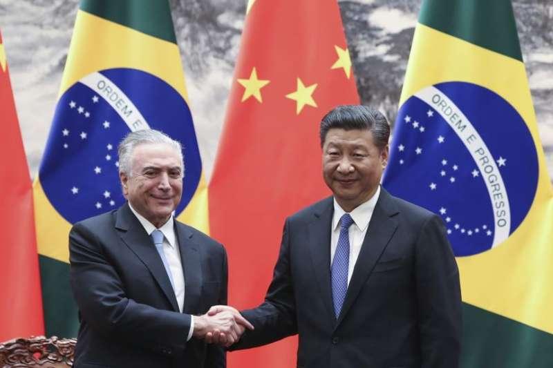 中國國家主席習近平在北京人民大會堂會見巴西總統特梅爾(美國之音)