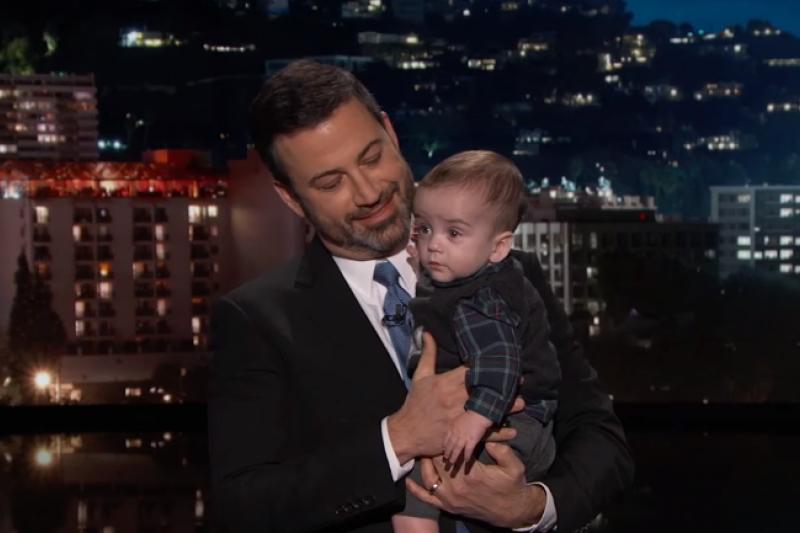 美國知名脫口秀《吉米夜現場》主持人吉米金莫帶著稚子比利一起錄製節目(截自YouTube)