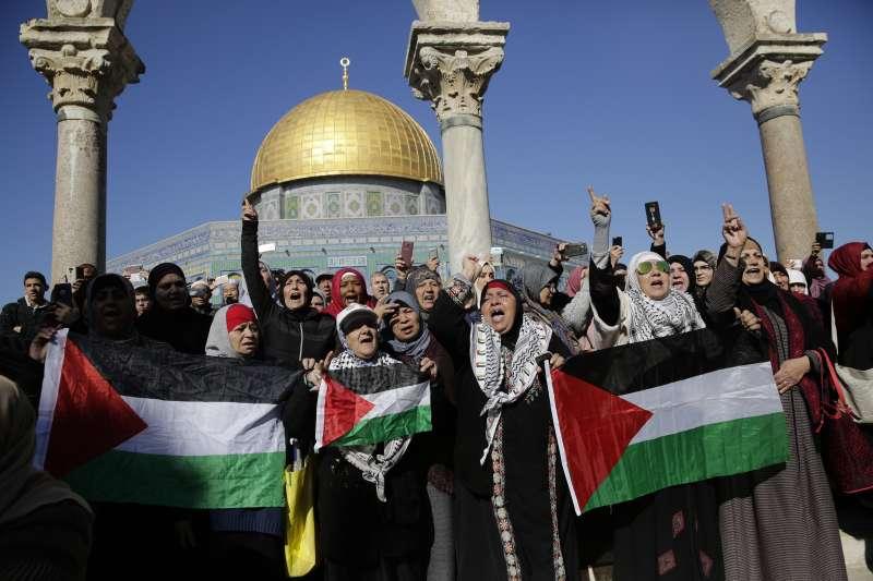 美國宣布承認耶路撒冷為以色列首都,舊城的巴勒斯坦人在阿克薩清真寺前抗議(AP)
