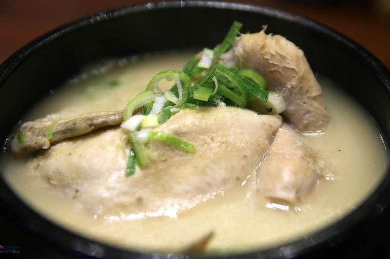 韓過蔘雞湯由多種藥材與嫩雞熬煮出,具高度營養價值的湯底,可說是冬季進補的聖品。(圖/Republic of Korea@flickr)