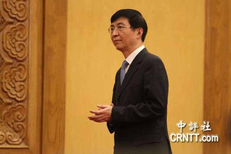 王滬寧(左)為習近平提出的「中國夢」,是習時代中共執政的主旋律。(中評社)