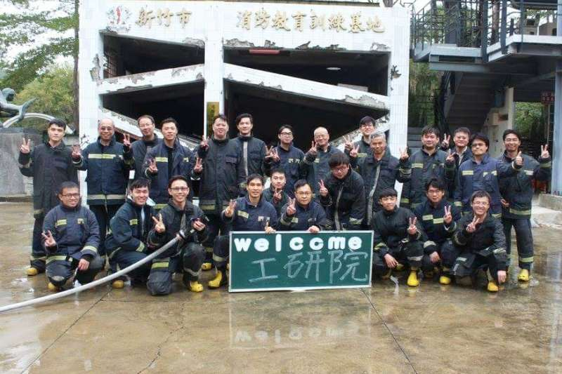 工研院參訓人員在新竹市消防局「全國消防專業訓練基地」受訓後合影。(圖/新竹市消防局提供)
