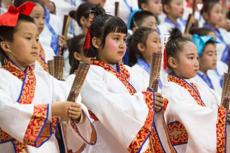 新疆小學要少數民族學童穿漢服、讀古書。(圖/取自秋风红叶月微博)
