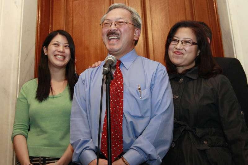 美國舊金山華裔市長李孟賢(Ed Lee)2017年12月12日因心臟病發猝逝,這是2011年他與妻子、女兒的合照(AP)