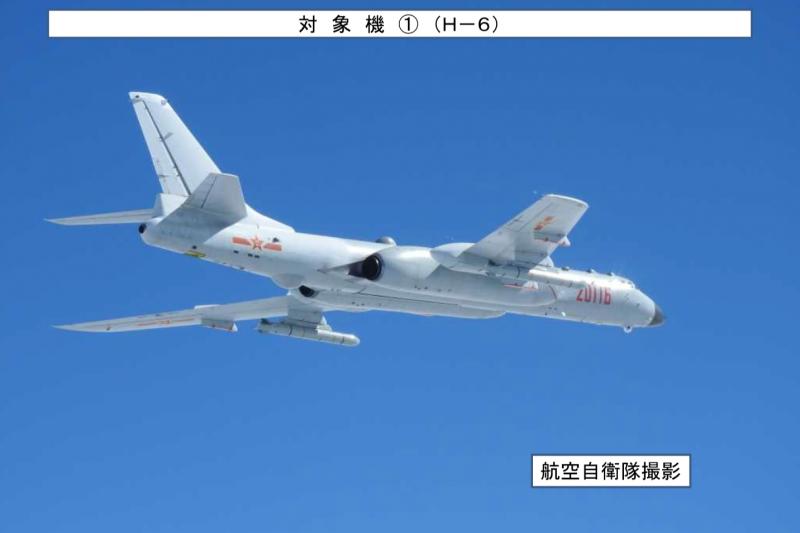 掛彈飛行的轟-6。(日本統合幕僚監部)