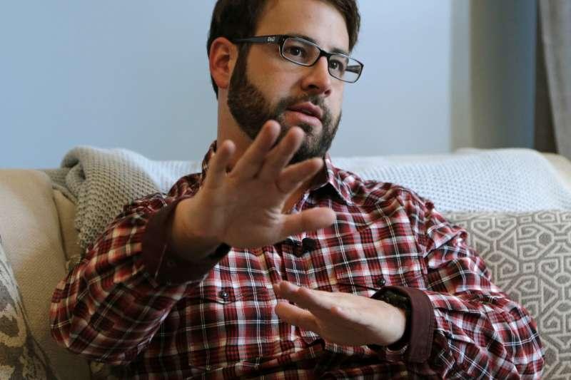 安德森(Jamey Anderson)向美聯社記者述說自己的經歷。(美聯社)