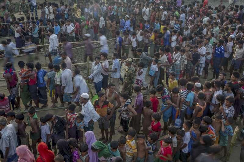 大量羅興亞難民逃至孟加拉,難民營人滿為患,衛生條件極差。(美聯社)