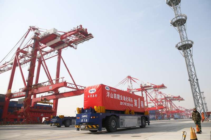 在上海洋山深水港四期自動化碼頭,第一個貨櫃被裝載在運輸車上。(新華社)