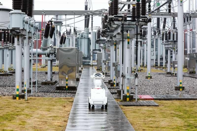 智慧巡檢機器人在500千伏玉屏變電站內進行巡檢(新華社)