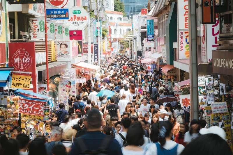 中國官方近來不斷呼籲勿忘「南京大屠殺」的國仇家恨,民眾卻一直飛往日本觀光,中日之間到底是怎樣的微妙關係呢?(圖/すしぱく@pakutaso)
