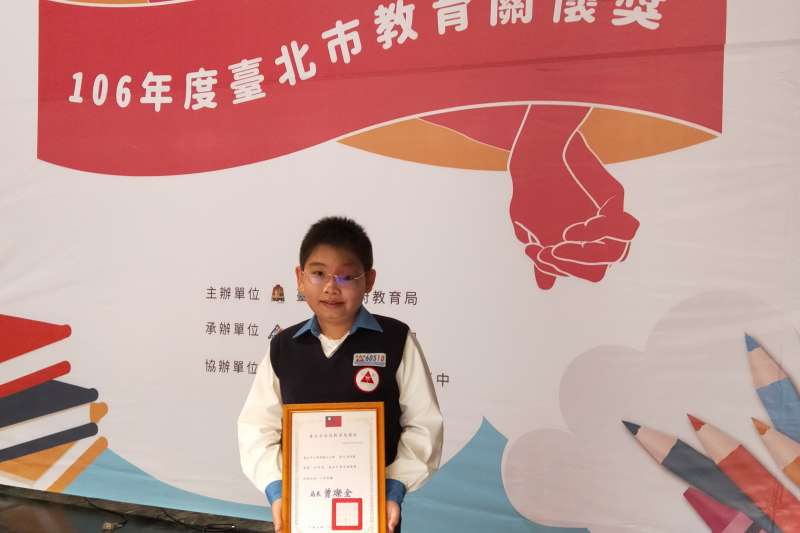 敬凱不向身體障礙低頭,勤奮向學、獲頒北市教育關懷獎肯定。(陽光基金會提供)