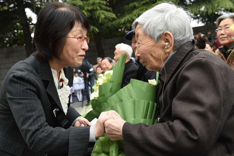 2016年4月4日,南京大屠殺歷史學者松岡環(左)在南京參加祭奠活動時與南京大屠殺倖存者楊翠英交流。(新華社)