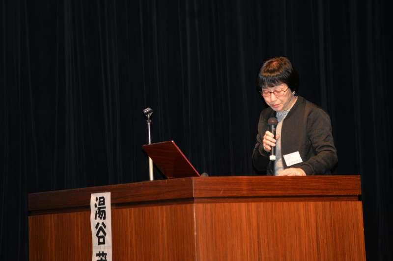 2017年11月26日,南京大屠殺歷史學者松岡環在日本大阪舉行的南京大屠殺80周年紀念活動中發言。(新華社)