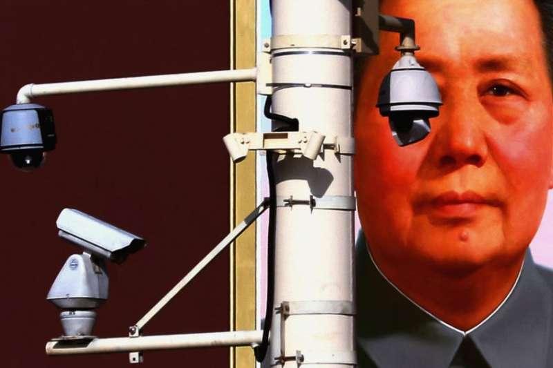 中國北京天安門廣場上的攝像頭。(美國之音)