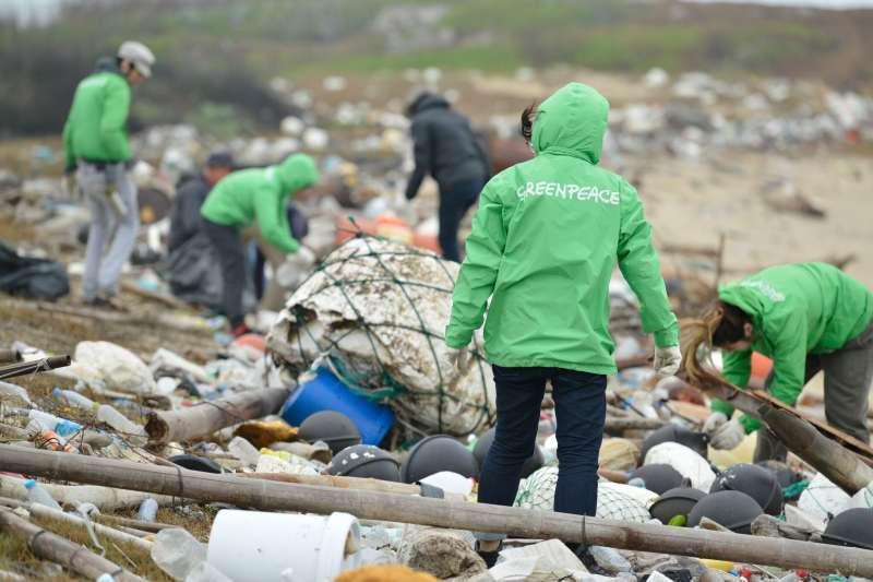 綠色和平組織日前倡導減塑運動時,發現許多溪口充滿塑膠微粒,澎湖北岸更驚見許多海漂垃圾堆積,令人看了怵目驚心。(綠色和平組織提供)