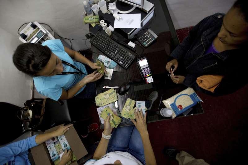委內瑞拉人民紛紛到銀行購買名為「帕納爾」的紙幣。(美聯社)