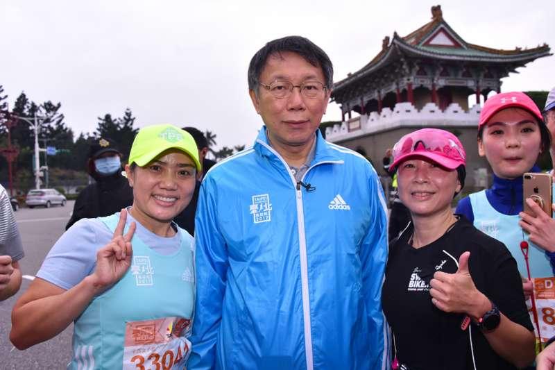 台北市長柯文哲17日上午參加「2017台北馬拉松」開跑儀式(北市府)